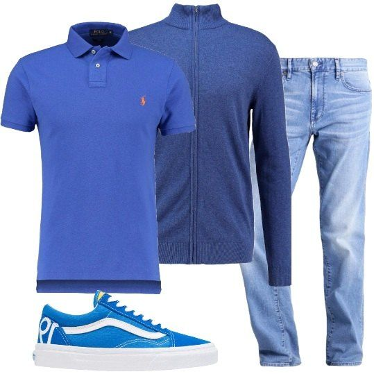 Outfit composto da jeans dal lavaggio chiaro, cardigan con cerniera blu, polo a maniche corte blu acceso con logo sul petto e sneakers blu con dettagli bianchi.