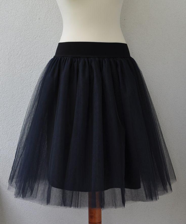 Tylová sukně délka 56cm Tylová sukně z 5vrstev bohatě řaseného tylu. Délka sukně 56cm (měřeno bez pružného pasu) V pase pružný úplet vysoký 6cm. Pas se natáhne od 66cm až na 105cm. Sukně je vypodšívkovaná polyesterovou podšívkou v černé barvě. Sukni můžete nosit se saténovou stuhou, nebo ji také použít jako spodničku pod padésátkovou sukni. ...