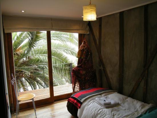 Naturaleza y creacionismo en habitación Huidobro, ubicada en el segundo piso de Patio Ferreiro B&B Cartagena, Chile.