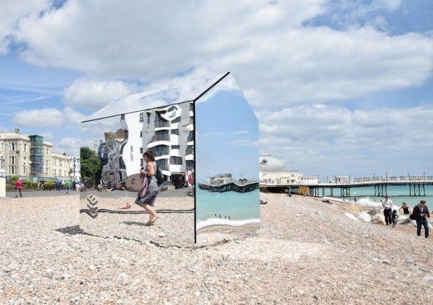 Récemment, un élément inhabituel est apparu sur la plage de Worthing, au Royaume-Uni – une cabane en miroir conçue par la firme locale ECE Architecture.  Les architectes voulaient créer une installation qui ferait participer les habitants et les ferait se questionner. Avec l'aide de Mark Sephton de Creative Forager, l'équipe a passé six semaines sur la conception et la construction de la structure de cette cabane de plage presque classique, du moins par sa taille et sa forme.