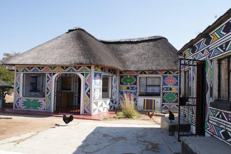 """ARTE NDEBELE  """"Le donne Ndebele, si tramandano di madre in figlia l'arte di dipingere i muri delle loro case. Queste pitture vengono fatte per annunciare un matrimonio, o altri importanti eventi. Talvolta sono una forma di preghiera e di culto; in altri casi sono una forma di protesta. Lo stile e la tecnica di quest'arte si sono sviluppati durante molti anni.""""  Foto: Esther Mahlangu, Fondazione Sarenco / South Africa"""