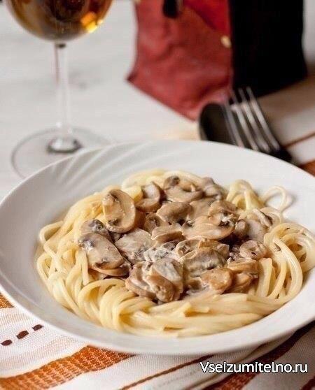 Спагетти со сливочно–грибным соусом  Ингредиенты:  Лингвини или спагетти — 450 г Шампиньоны — 750 г Нежирные сливки — 225 мл Соевый соус — 2 ст. л. Растительное масло — 2 ст. л. Чеснок — 1–2 зубчика  Приготовление:  1. Шампиньоны тонко нарезаем и обжариваем в течение 15 минут, пока жидкость не испарится, а грибы не приобретут золотистый цвет. 2. Добавляем к грибам сливки и соевый соус, жарим, непрерывно помешивая, пока соус слегка не уменьшится в объеме (около 3-5 минут). В конце при…