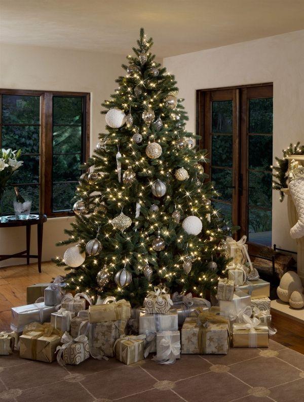 weihnachtsbaum schmuck lichterketten silberne ornamente