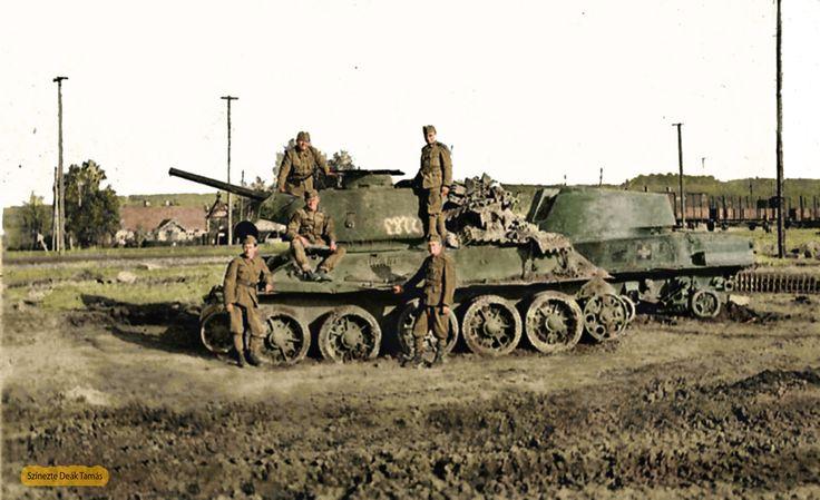 Magyar orosz harcjárművek az útszélére levontatva rajta magyar honvédek.