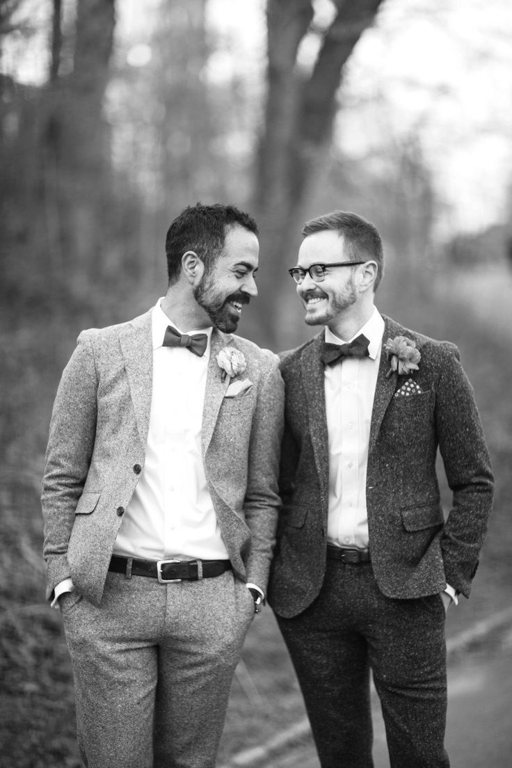 Noivos com roupas não tão formais para um casamento no campo. A gravata borboleta e as flores nas lapelas dão um toque especial.
