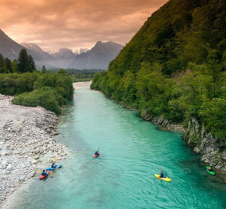A partir de Bovec, el río Soca, con sus aguas de color esmeralda, se empieza a hacer más salvaje, ideal para los amantes del rafting y del piragüismo, que proliferan en cualquier recodo del río, sobre todo en épocas de deshielo. Triglav.