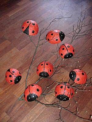 Knutselidee: lieveheersbeestjes. Je kunt ook de lieveheersbeestjes gebruiken bij een rekenles. Een bepaald aantal stippen schilderen.