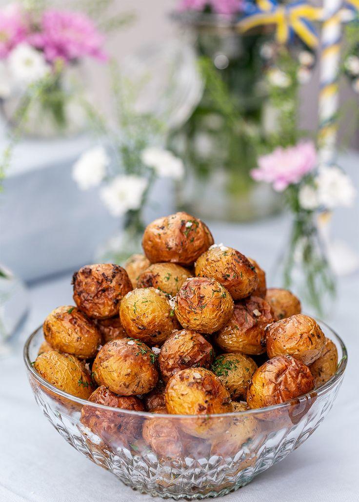 Dillrostad färskpotatis är ett ljuvligt gott tillbehör att servera på en buffé. Potatisen får smak av vitlök, dill och flingsalt.