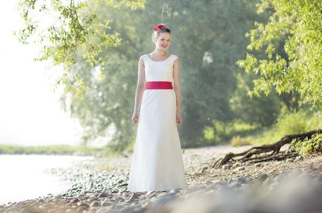 noni noni Brautkleider 2013 | Hochzeitskleid schlicht, mit Trägern und Brautgürtel in Farbe (Foto: Hanna Witte)