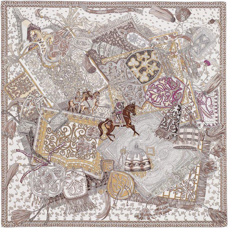 Carré 90 Hermès   Cavaliers du Caucase -------------------------------- Entre l'Orient et l'Occident, de la mer Caspienne à la mer Noire, s'étire une chaîne montagneuse longue de plus de mille deux cents kilomètres. Tel est le Caucase, auquel s'attachent nombre de légendes et de mythes comme celui de Prométhée, voleur du feu puni par Zeus. Pics, vallées profondes, forêts, terres désertiques… la vie y est rude et sa population est l'une des plus diverses du monde. Au Nord, là où culmine, à 5…