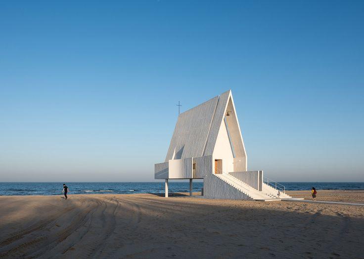 Betonowa kaplica z białym wykończeniem jest pięknym pomysłem na budynek sakralny. Zwłaszcza, kiedy położona jest nad brzegiem oceanu. W zamyśle projektujących może dać schronienie podczas większych fal. Wtedy kolumny podpierające konstrukcję znikają i można mieć wrażenie, że budynek jest odd