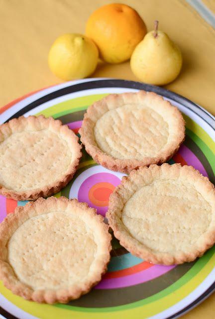Masas Básicas - Masa para tartas dulce / 300 grs. de harina leudante (puede utilizarse también 2 partes de harina y una de fécula de maíz). 150 grs. de azúcar. 100 grs. de manteca o mantequilla. 3 yemas (o 1 huevo y 1 yema). 1/2 cdita. de sal. 1 o 3 cdas. de leche. esencia de vainilla y/o ralladura de limón.