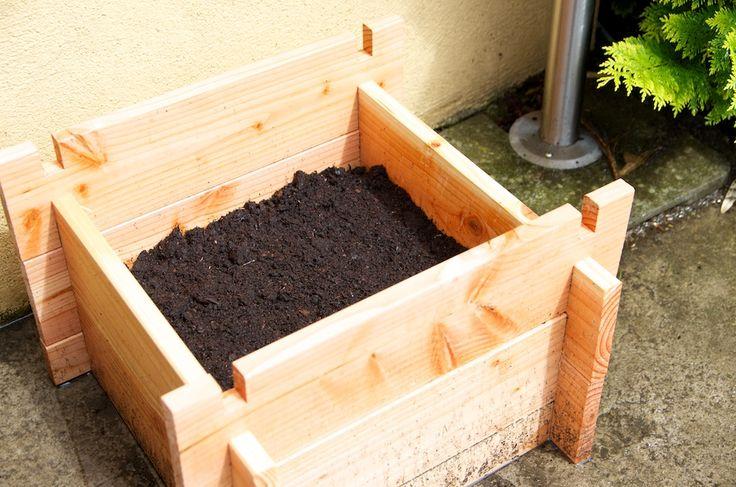 Vous connaissez les tours à patates en pneu usagé? Je teste aujourd'hui une version esthétique en bois pour cultiver vos pommes de terres en espace réduit.