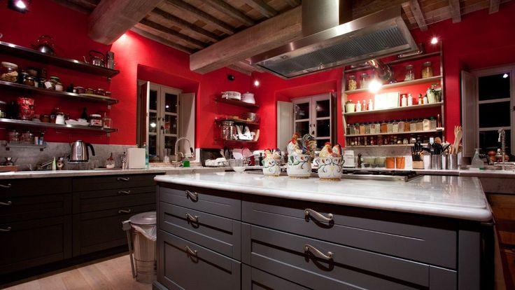 Коричневая кухня: оформление интерьера в шоколадных оттенках и 85 теплых и уютных воплощений http://happymodern.ru/korichnevaya-kuxnya-foto/ Нестандартное решение: красные стены и темно-коричневая гарнитура на кухне