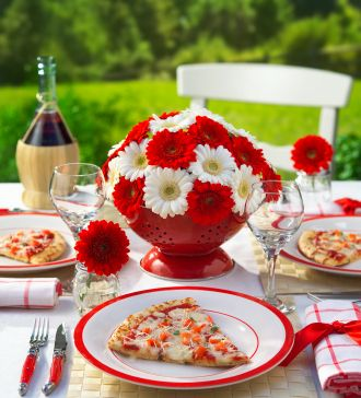 For an amazing Canada Day celebration, gravitate toward unique décor ideas that work for the day's festivities no matter what size gathering you've got planned.
