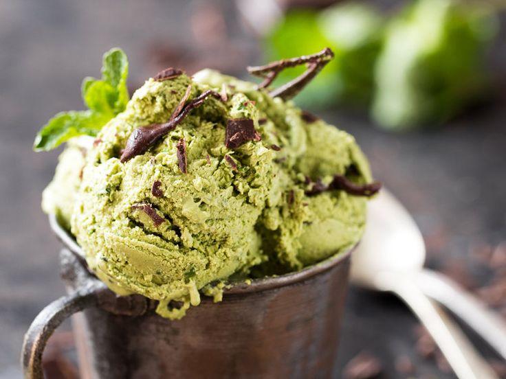Matcha ist gesund, macht munter und mit seinem feinherben Geschmack wie gemacht für eine Eiskreation mit Minze und Zartbitterschokolade.