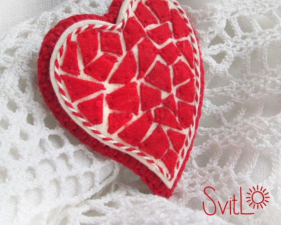 Счастливое сердце. Красное Сердце. Мозаика Брошь. Войлок брошь. по SvitLoShop