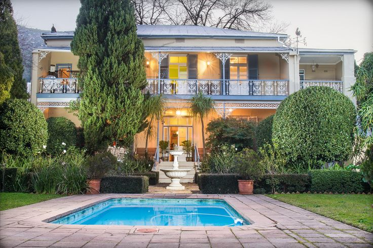 Front view of this historical Paarl property.