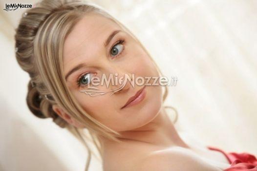 Acconciatura sposa con capelli raccolti e frangia laterale. Clicca e guarda tante altre immagini di acconciature sposa http://www.lemienozze.it/gallerie/foto-acconciature-sposa/img10274.html