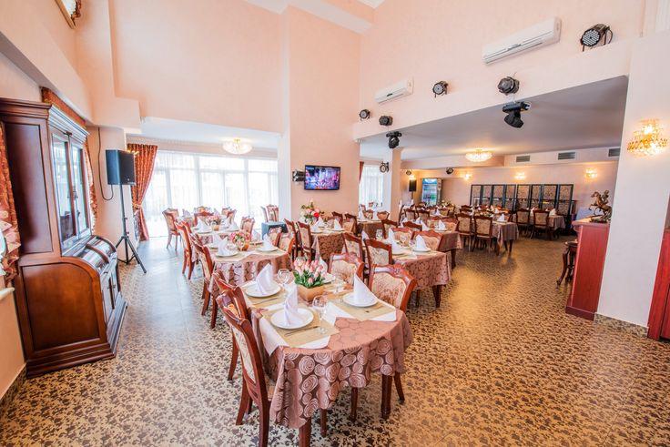 Просторный и светлый зал ресторана Александрия станет прекрасным местом для проведения Вашего торжественного мероприятия.
