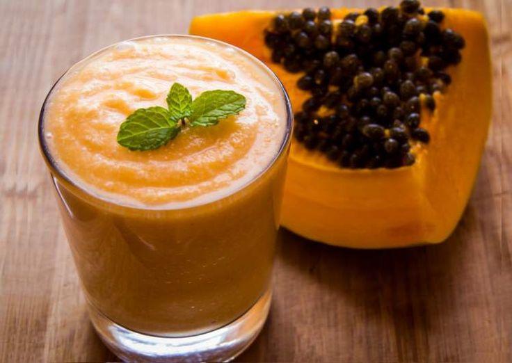 Aprenda doze deliciosas e refrescantes receitas de suco detox com mamão. Essas receitinhas são fáceis e te ajudarão a eliminar os quilinhos extras.
