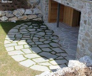 Dallage en pierre naturelle (dalles irrégulières) sans joint >> côté rustique devant maison (devant garage et/ou véranda par ex)