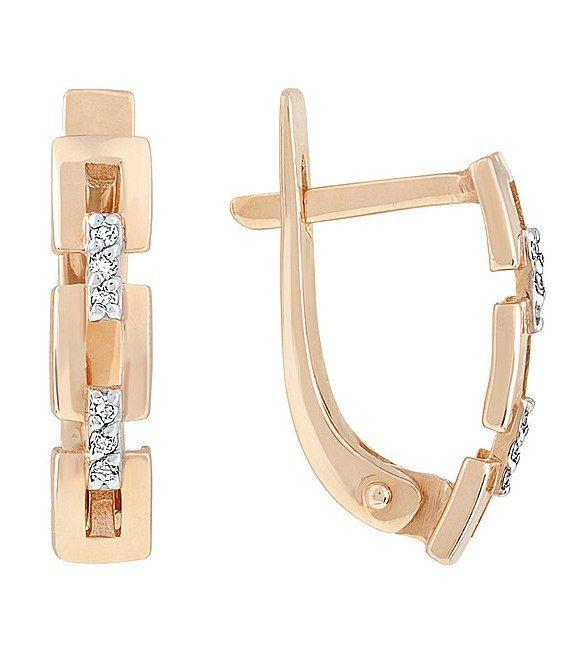 Эти элегантные золотые серьги с бриллиантами станут прекрасным дополнением к вечернему, деловому или романтическому наряду. Бриллианты дарят им благородное сияние, а стильный дизайн делает их обладательницу привлекательной и оригинальной. Дизайн этих сережек с бриллиантами напоминает одновременно плетеную цепочку и древнегреческий орнамент. Подобный дизайн подходит к любому стилю и образу, он в тренде уже долгое время и вовсе не собирается сдавать позиции лидера.