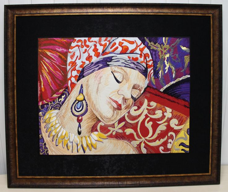 Шерстяной портрет девушки, выполнен на вышивальной машине. Имитация карандашного рисунка.