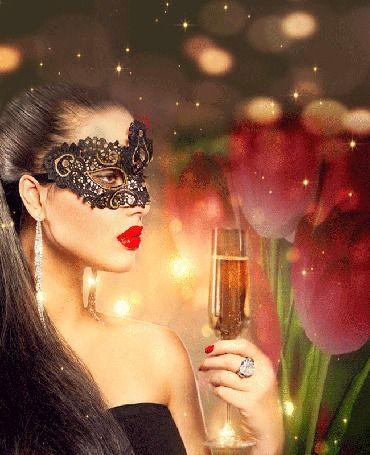 Девушка в маске с бокалом шампанского на фоне вращающихся цветов