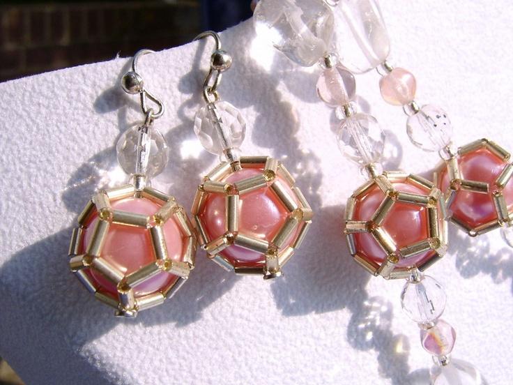 Filigran mit goldenen Stäbchenperlen verzierte Wachsperle in rosa im XXL Format, darüber funkelt ein facettierter Bergkristall.  Diese Ohrringe in ...