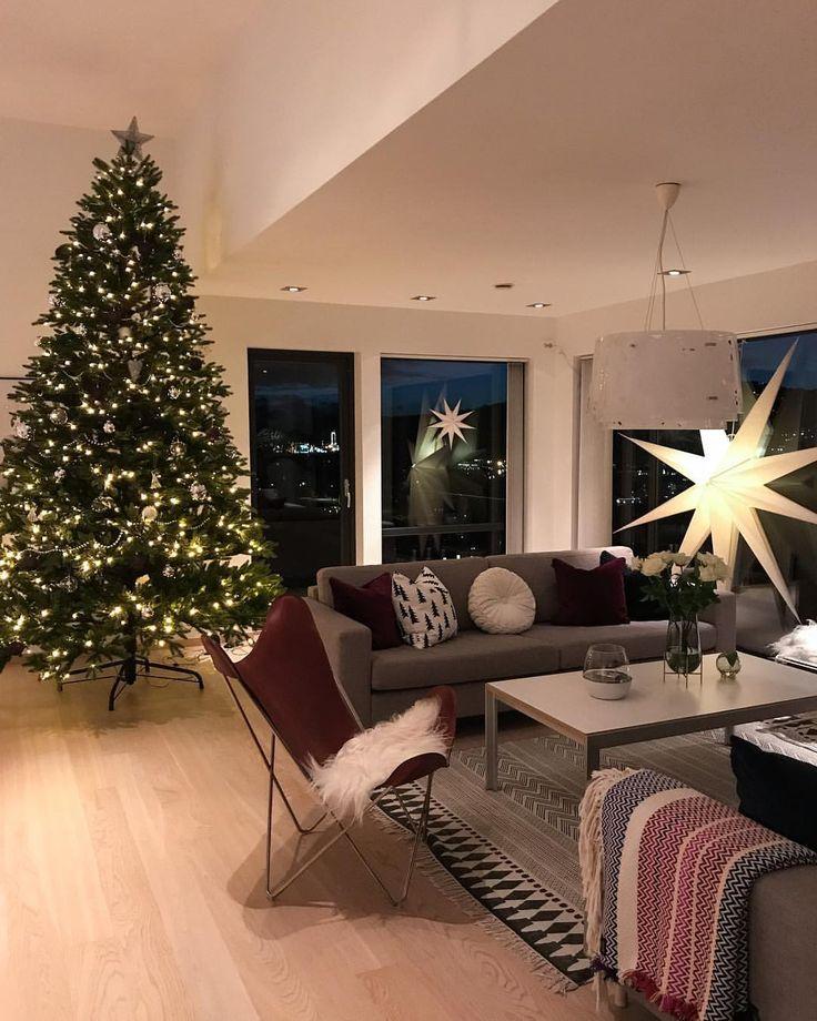 Good morning 🎄🌟3 meter Christmas 🎄🎄🎄😍❤️ Det uler og stormer ute, vinduene rister ✔️ Hva er vel bedre enn å krype under et teppe, sette på tv'en og nyte synet av juletreet 🎄🎄😍 Stemning 🌟🌟 Ønsker dere alle en god fredag 😘 #åretsjulehjem @futurenordichome @hanneromhavaas 🌟🌟 Deler de 4 første semifinalistene i kveld❤️ - - #hygge #jul #juletre #christmastree #xmas #christmas #livingroom #decoração #inspire_me_home_decor #interiorandhome #vakrehjem #boligmagasinet #interior2you…