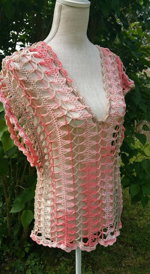 Top coton dégradé beige et saumon , réalisé au crochet à la fourche , très ajouré il conviendra à porter sur un débardeur , correspond : Chemises, blouses par deux-petites-mains