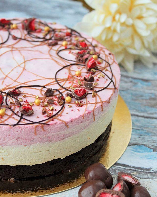 Tänään herkuteltiin tällä ihanalla vadelma-kinuskijuustokakulla, jossa brownie-pohja 😋😍#nam #yummy #leivonta #vadelma #kinuski #brownie #juustokakku #kinuskimousse #vadelmamousse #baking #nobake #caramel #raspberry #cheesecake #delicious #foodpic #cakelove #cakepic #cakeofinstagram #cakephotography #foodphotography #foodloverfi #pienetherkkusuut #leivojakoristele
