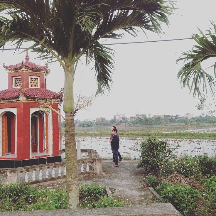 クサい話ベトナムのお墓参りに行ったことありますか  ベトナムの旧正月を祝うためベトナムの友人の帰郷に同行しました  お墓参りにも行かせてもらいました)  こちらは先祖10代全体のお墓  日本と全く雰囲気が違ったのでびっくりでした  後ほど投稿するのですがもちろん個々人のお墓もあります  おじいちゃんおばあちゃんご先祖様をものすごく大切にしている感じが伝わってきました  目の前にあるもの今目に見えるもの日々使っているものすべては  自分のおじいちゃんおばあちゃん含め世界の色々な所のご先祖様が残したものです  それら残されたものに感謝するとともに  自分は何を未来に残そうか...  そんなことを考えながらの今回のお墓参りでした  いつも貴重な時間を使って最後まで読んで頂きありがとうございます  Taiwa Sato  追伸  あなたは未来に何を残すために日々何をしていますか  #cocoacana #vietnam #ベトナム #お墓参り #感謝 #ご先祖様 #発見 #成長 #自分磨き #ボランティア #観光 #travel #旅行 #旅 #里帰り #文化 #写真 #picture…