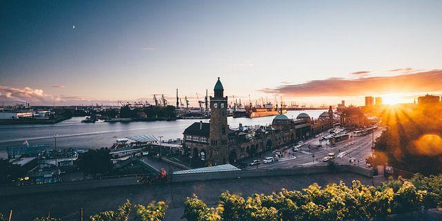 """Sonnenuntergang am Stintfang  Eindeutig etwas für die Kategorie """"Lieblingsplatz""""… Der Sonnenuntergang über den Landungsbrücken vom Stintfang aus betrachtet. Es gibt Tage an denen dort mehr Fotografen stehen als das es Möwen im Hamburger Hafen gibt… So munkelt man jedenfalls"""
