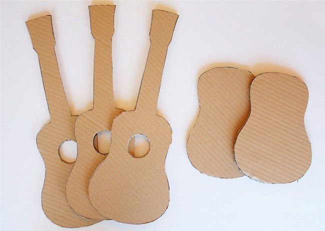 По нарисованному шаблону вырезаем будущую гитару