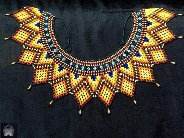 Collar indígena en amarillos