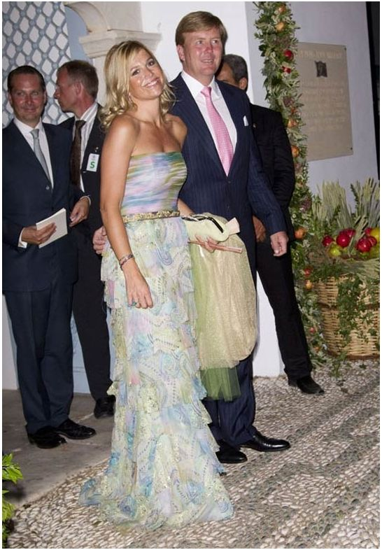 Tijdens het huwelijk van prins Nikolaos van Griekenland in 2010 straalde Maxima met een straplessjurk van Benito Fernandez.