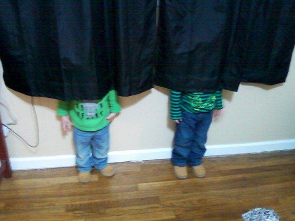 Игра в прятки: забавные фото детей, которые думают, что спрятались