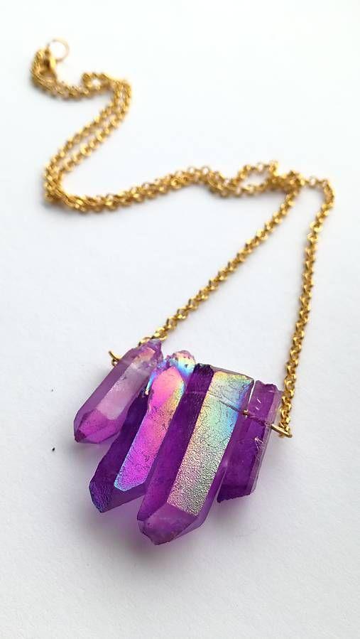 Nahrdelnik s fialovymi krystalmi