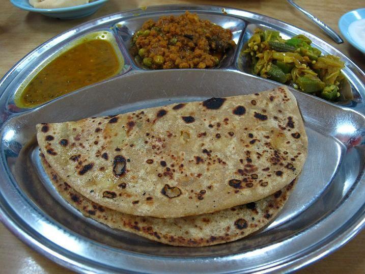 Chlebki czapati ( chapati ) są bardzo ważnym składnikiem kuchni indyjskiej, serwowane są jako dodatek do większości dań.