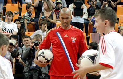 Зинедин Зидан стал послом гостеприимства Санкт-Петербурга - ТАСС
