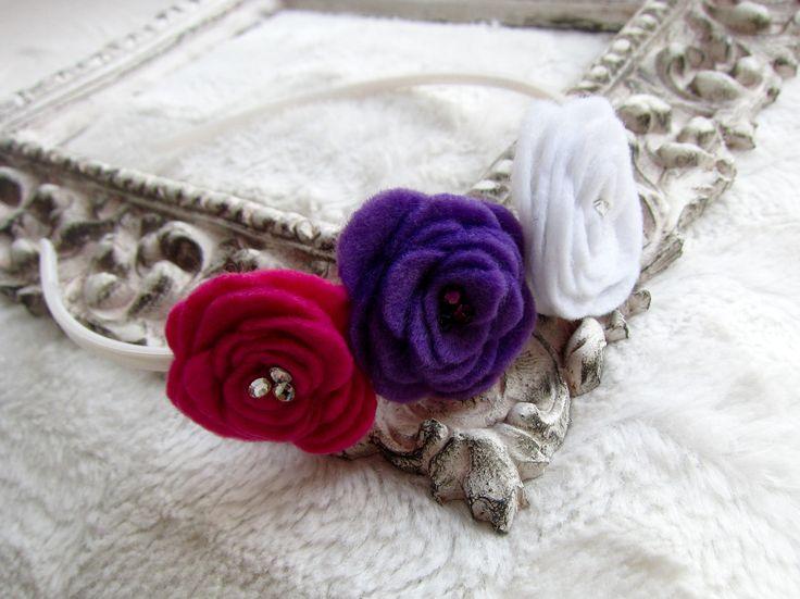 Pevná květinová čelenka s filcovými květi pro malé holčičky. Flower headband from felt.