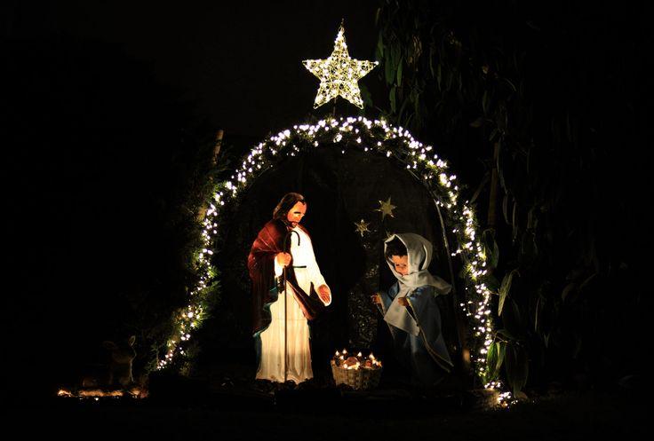 Seit Jahren stellen unsere Nachbarn die Geburt Jesu in ihrem Vorgarten nach, endlich konnte ich es festhalten.