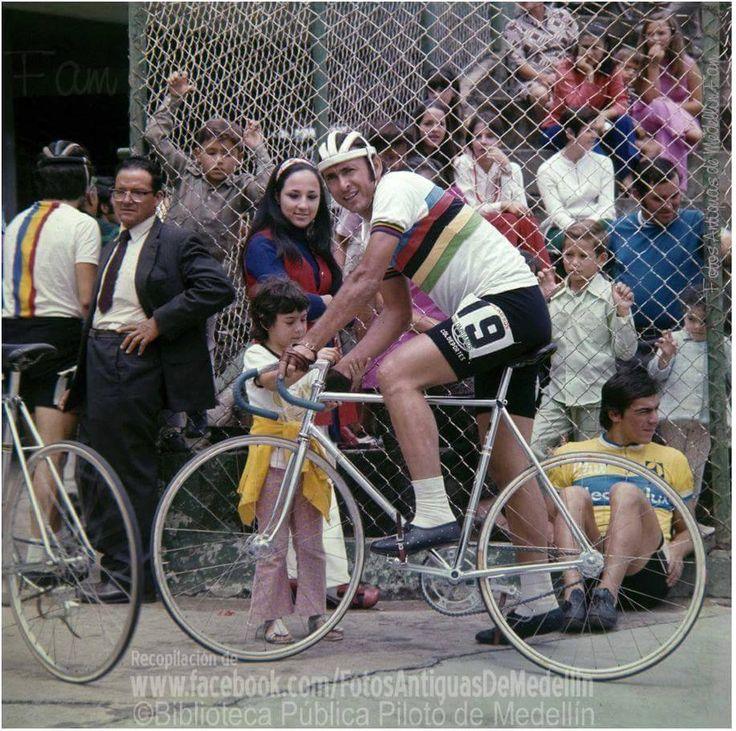"""Martin Emilio """"COCHISE"""" Rodriguez con la camiseta arco iris del campeón mundial en la persecucion individual. Velódromo municipal Medellín 1971."""