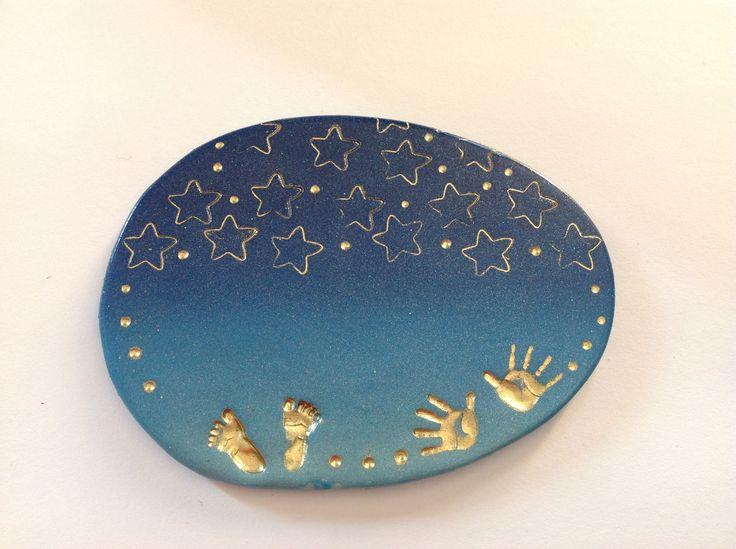 BADGE Soignant INFIRMIERE DE NUIT , sage femme , auxiliaire de puériculture , thème Empreintes dorés sur fond bleu NUIT : Pins, badges par passions-creations