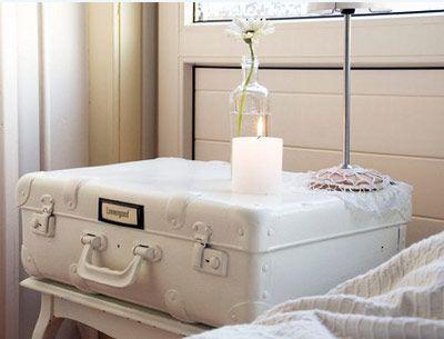 Mesilla vintage con maleta color blanco