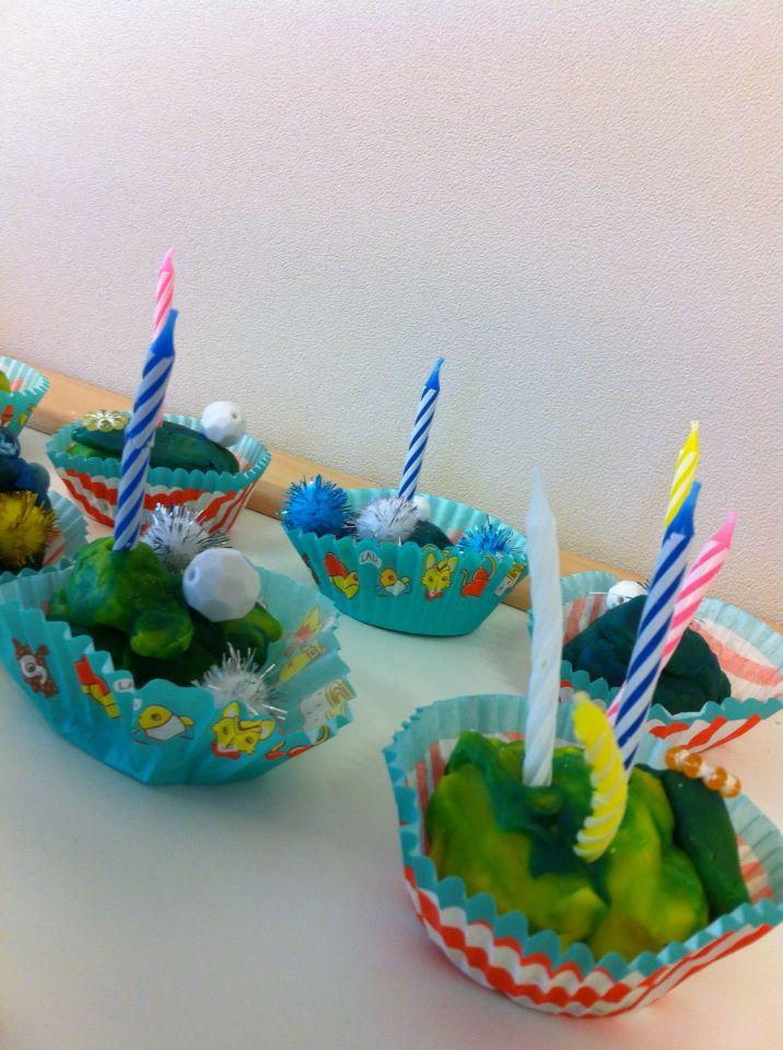 Bakker, cupcakes maken van klei. Versieren met kaarsjes, kraaltjes (snoepjes) en bolletjes (slagroom)  Kinderen vonden het geweldig! -juf Monica