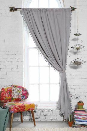 dekorieren-wohnung-modern-grau-vorhang-bommelband-bunt-stuhl-backstein-wand-weiss