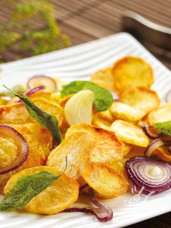 Le Chips di patate e cipolle al forno sono una ricetta di una semplicità unica, utile per i profani in cucina e per chi ama la genuinità!
